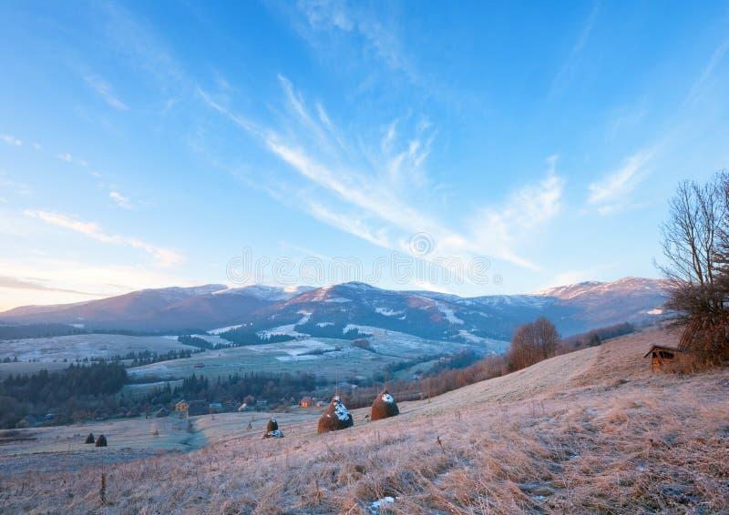 Premiers gels et lever de soleil d'automne en montagne photographie stock
