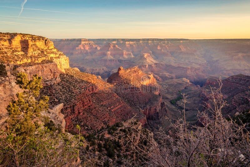 Premiers rayons de lever de soleil pendant le matin dans Grand Canyon image libre de droits