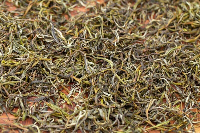 Premii zielonej herbaty Susi liście rozprzestrzeniają leczyć w bambusowej koszykowej tacy po żniwa obraz stock