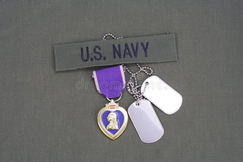 Premio de Purple Heart en el uniforme del verde verde oliva de la MARINA DE GUERRA de los E.E.U.U. imagenes de archivo