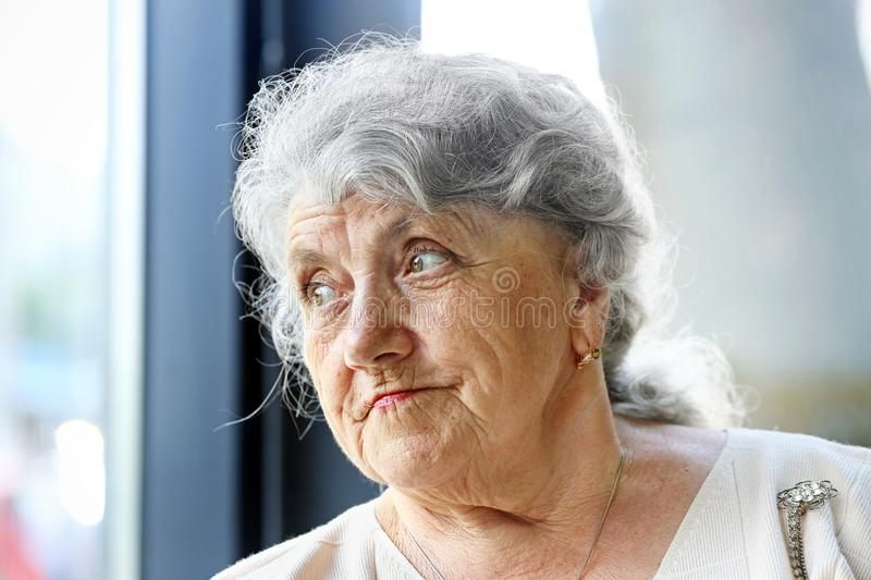 Premuroso e guardando il fronte della nonna immagine stock