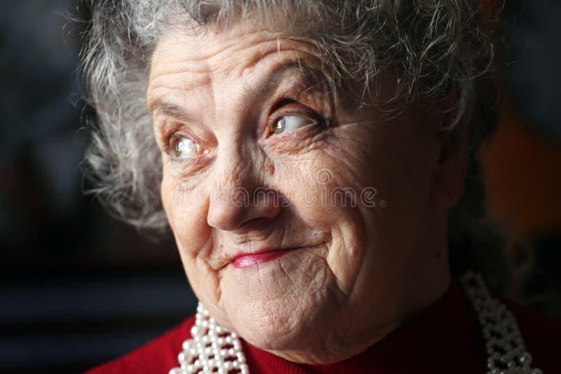 Premuroso e sembrando il fronte anziano della donna fotografia stock libera da diritti