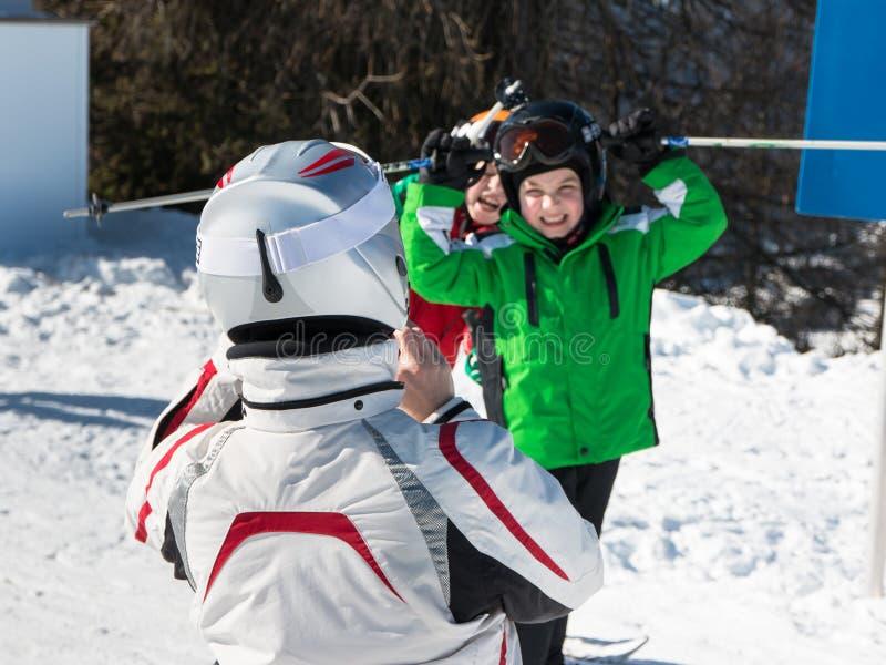 Prenant à enfants la photo pendant des vacances en montagnes d'alpes photo libre de droits