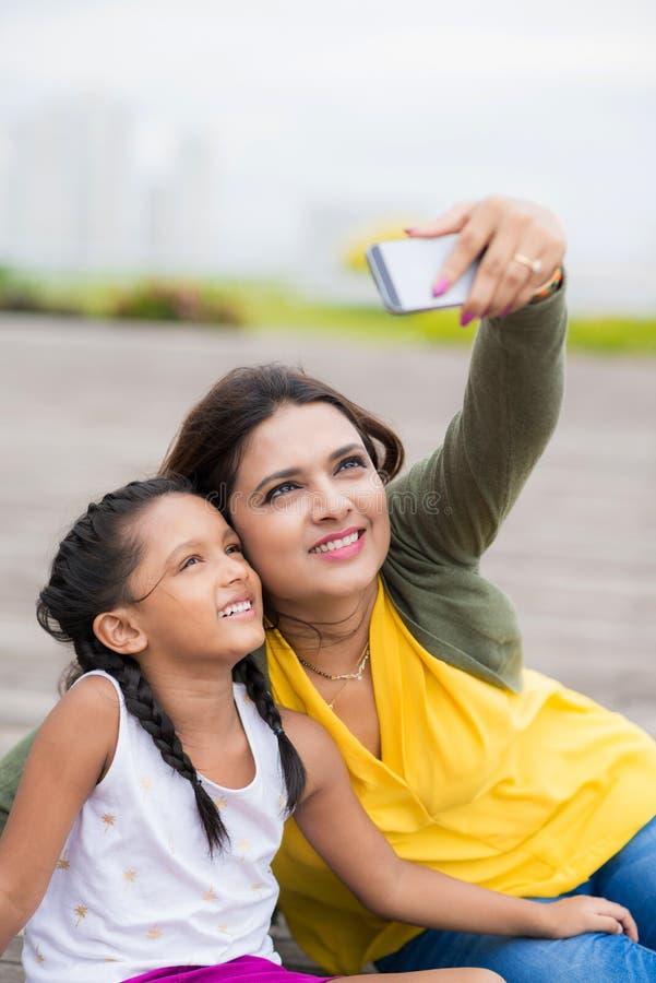 Prenant le selfie dehors image stock