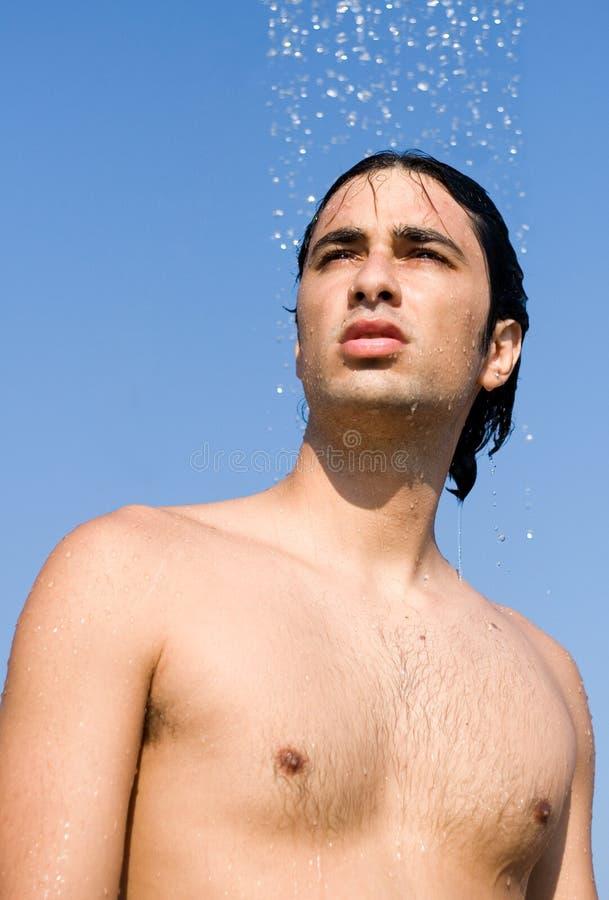 Prenant une douche à l'extérieur image libre de droits