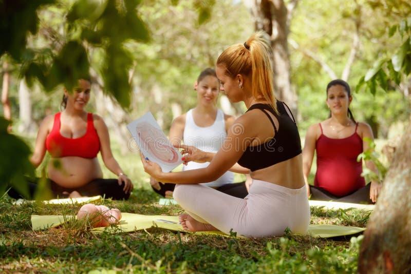 Prenatal klasa Z nauczycielem I kobieta w ciąży zdjęcie stock