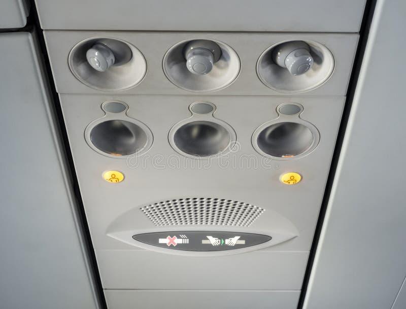 Prenda o sinal do cinto de segurança dentro do avião foto de stock royalty free