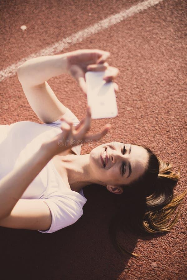 Prenda un autoritratto Giovane donna di sport fotografia stock libera da diritti