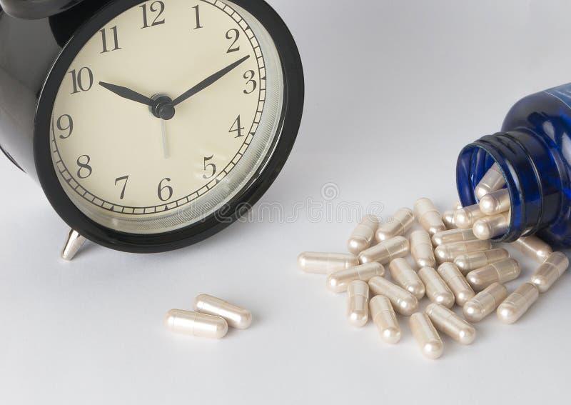 Prenda un farmaco in tempo fotografia stock libera da diritti