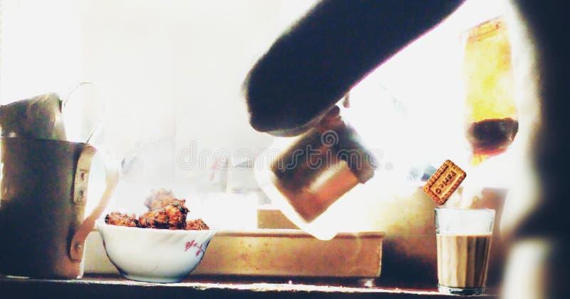 Prenda una tazza della mattina del tè fotografie stock libere da diritti