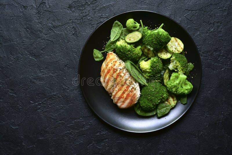 Prendedero asado a la parrilla del pollo con la ensalada vegetal verde Visión superior con el espacio de la copia fotografía de archivo libre de regalías
