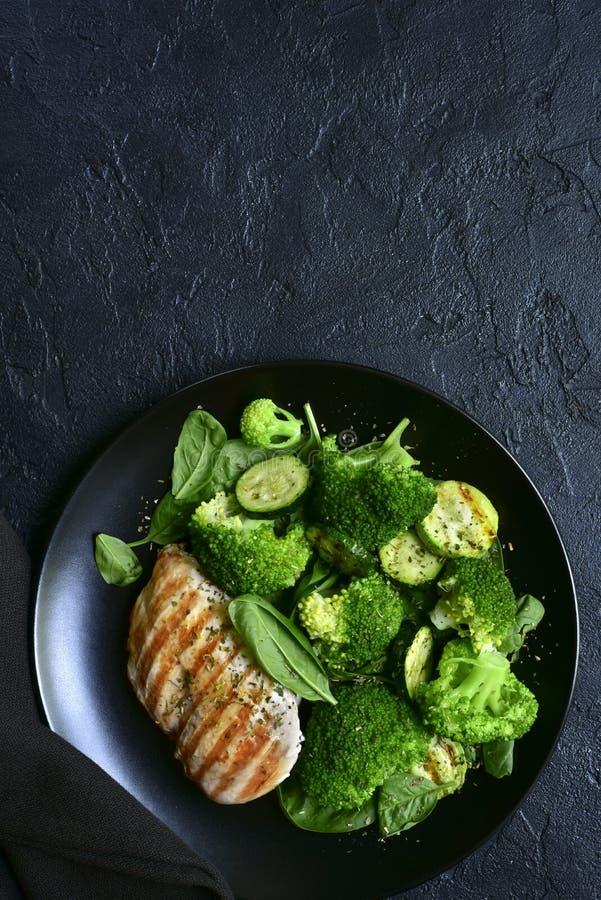 Prendedero asado a la parrilla del pollo con la ensalada vegetal verde Visión superior con el espacio de la copia foto de archivo