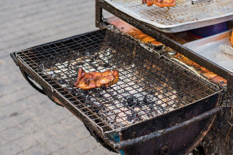 Prendedero asado a la parrilla del pollo en la estufa de la parrilla Comida tailandesa de la calle en Bangkok imagen de archivo libre de regalías