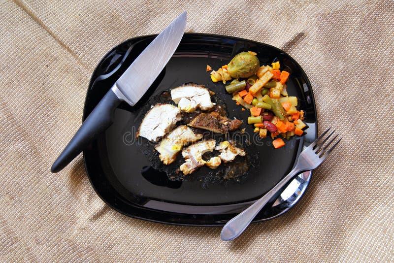 Prendedero asado a la parrilla del pollo, pecho con la verdura cocinada en la placa imagen de archivo