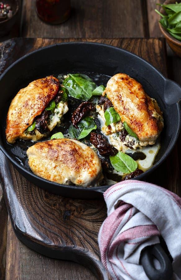 Prendedero cocido del pollo relleno con queso y espinaca imagenes de archivo