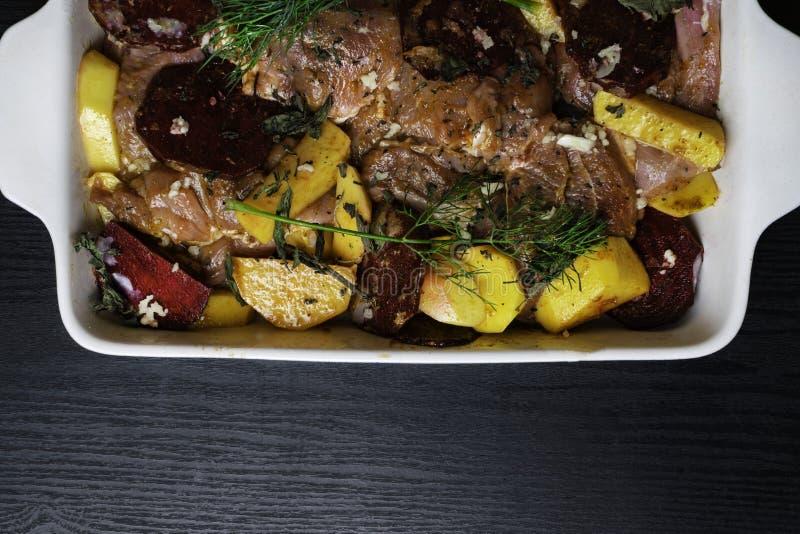 prendedero crudo fresco del filete de la carne del pavo o del pollo con las verduras y las especias en el plato que cuece, prepar imagenes de archivo