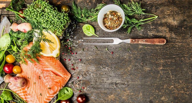 Prendedero de color salmón crudo con el condimento, las especias y la bifurcación frescos en el fondo de madera rústico, visión s imagen de archivo