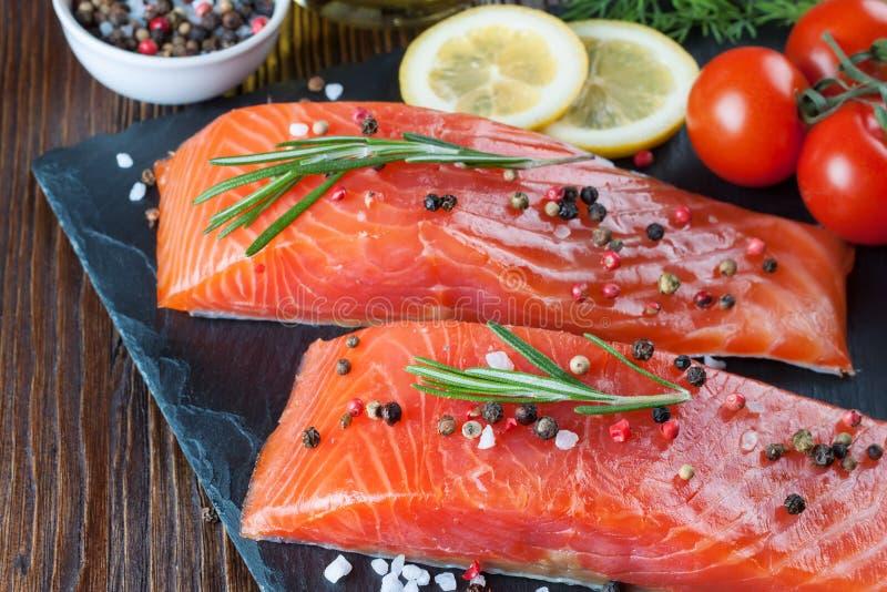 Prendedero de color salmón crudo con las especias imagen de archivo libre de regalías