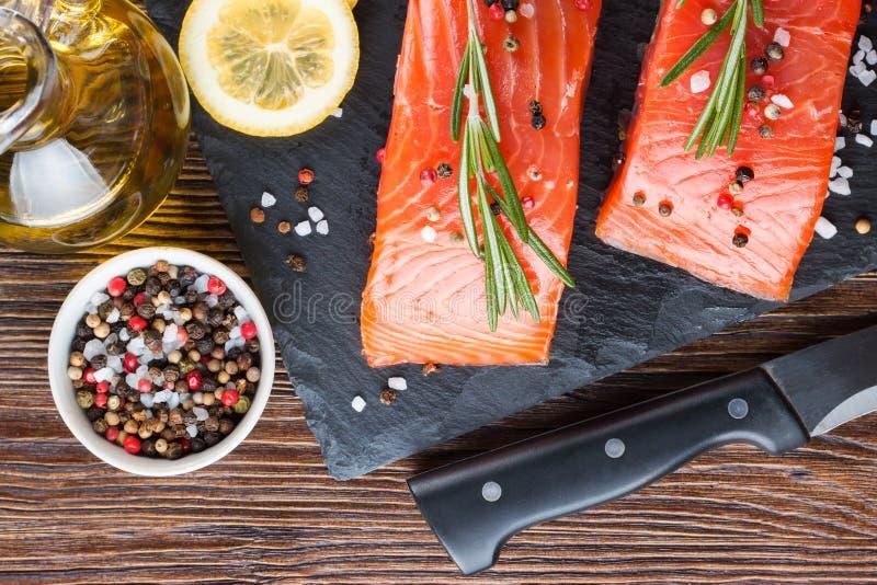 Prendedero de color salmón crudo con las especias imágenes de archivo libres de regalías