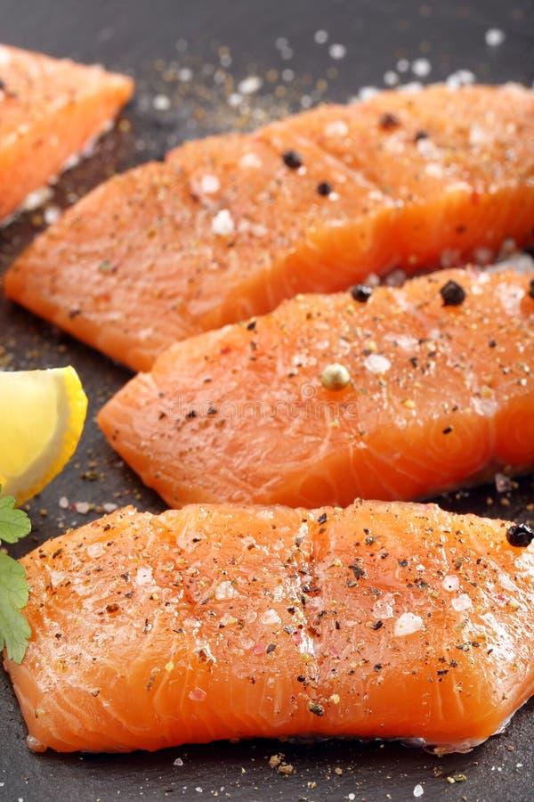 Prendedero de color salmón crudo fresco y especias aromáticas para cocer fotos de archivo