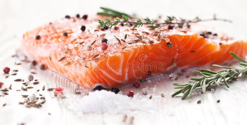 Prendedero de color salmón en un tablero de talla de madera foto de archivo libre de regalías