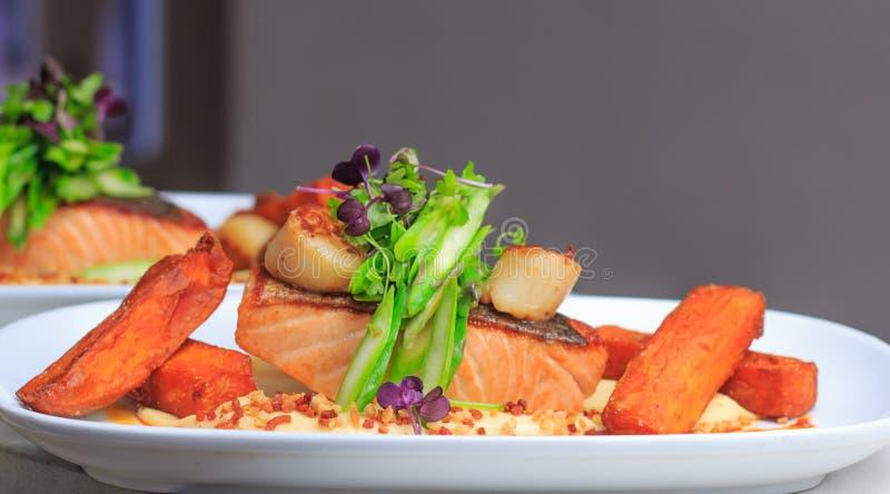 Prendedero de color salmón frito cacerola foto de archivo libre de regalías