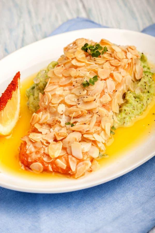 Prendedero de color salmón frito en pétalos de la almendra imagen de archivo