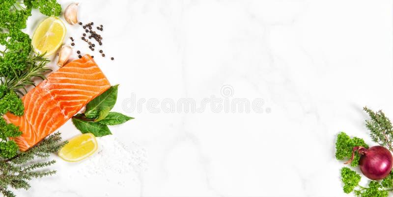Prendedero de pescados de color salmón fresco con las hierbas y las especias aromáticas fotografía de archivo libre de regalías