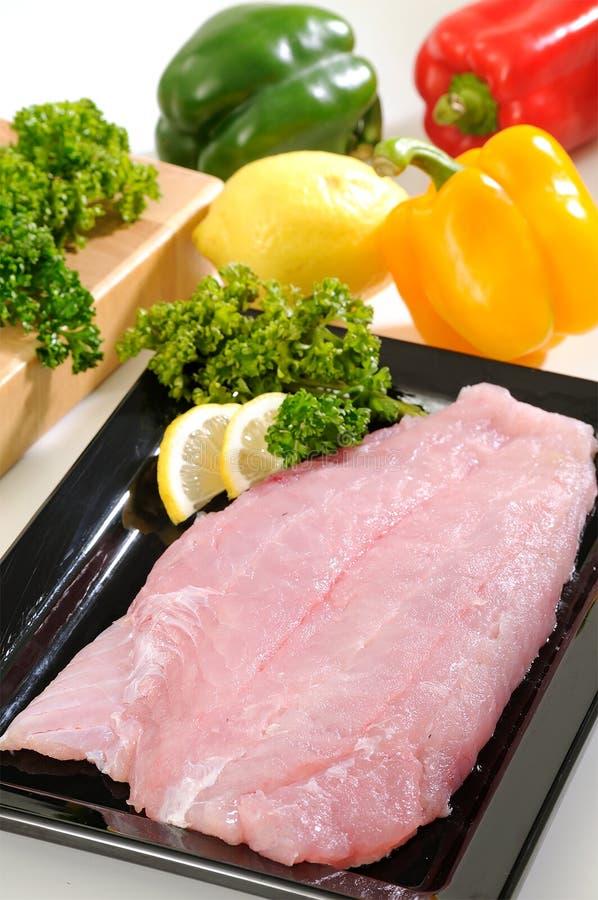 Prendedero de pescados del halibut con la comida vegetal imagen de archivo