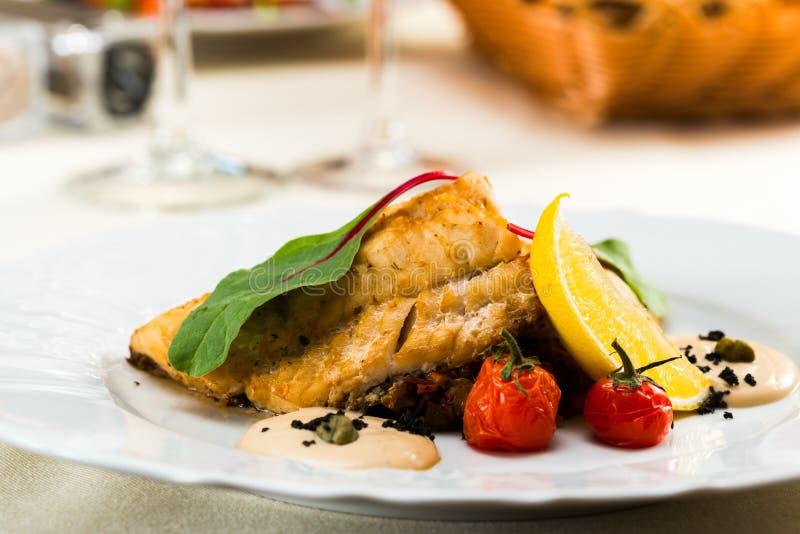 Prendedero de pescados frito en sause con las verduras foto de archivo libre de regalías