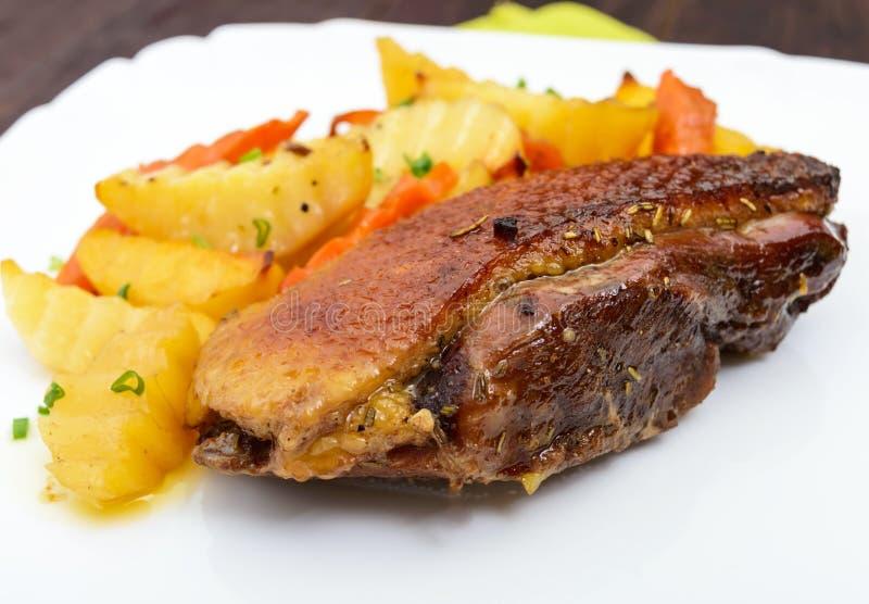 Prendedero del pecho del ganso de la carne asada con estilo rural de las patatas imagen de archivo