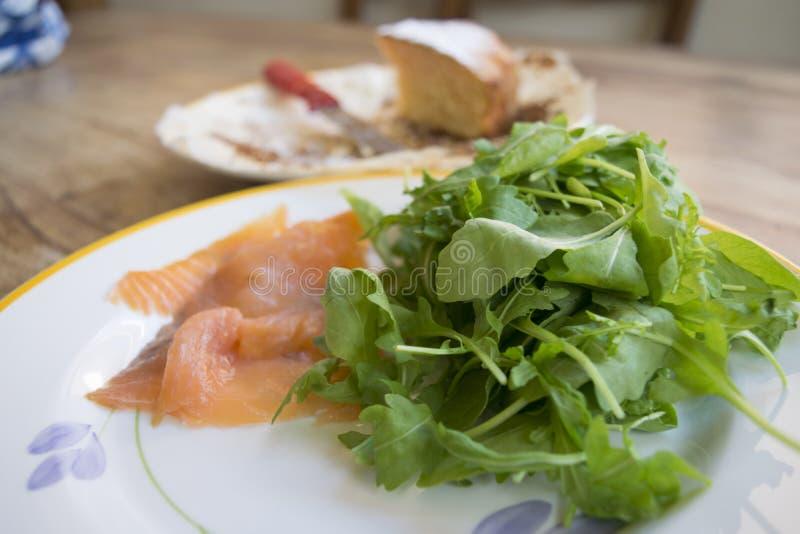 Prendedero del salmón ahumado con la ensalada verde fotografía de archivo libre de regalías