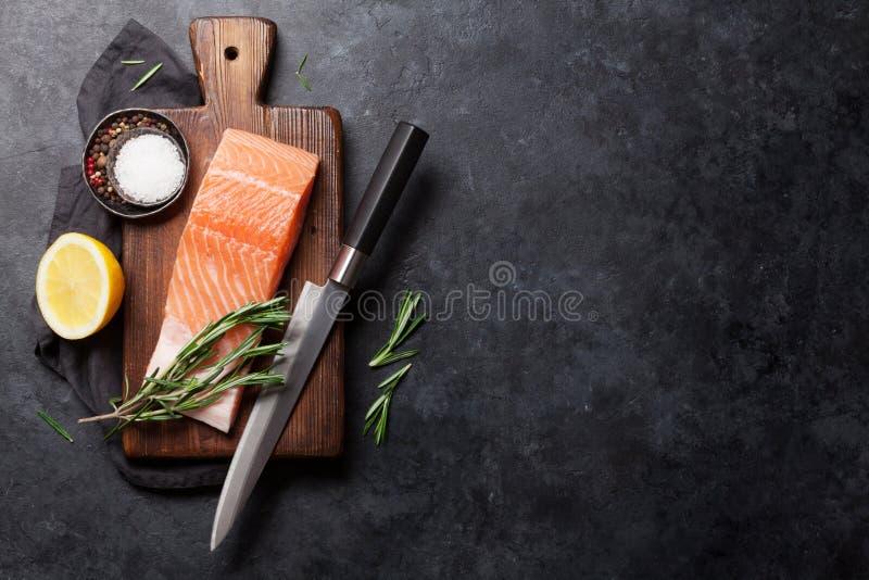 Prendedero e ingredientes de color salmón crudos de pescados para cocinar imagen de archivo