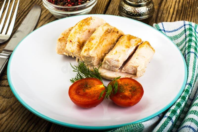 Prendedero hervido del pollo y comida de la dieta de los tomates, almuerzo de la proteína y cena cereza-sanos imagen de archivo libre de regalías