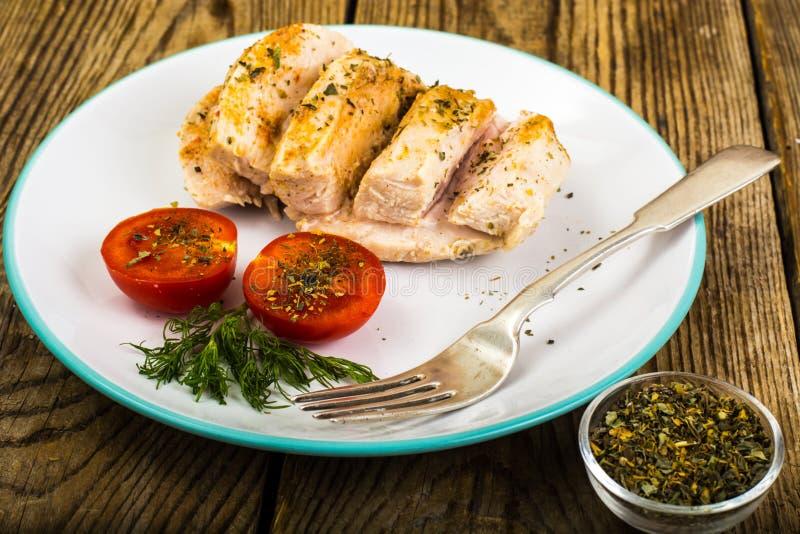 Prendedero hervido del pollo y comida de la dieta de los tomates, almuerzo de la proteína y cena cereza-sanos imagenes de archivo