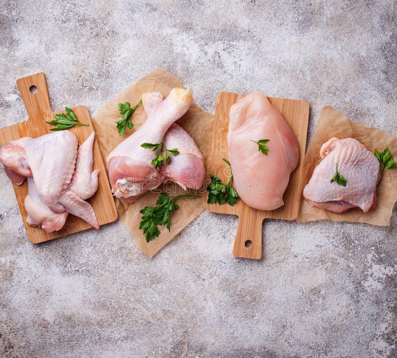 Prendedero, muslo, alas y piernas crudos de la carne del pollo fotografía de archivo