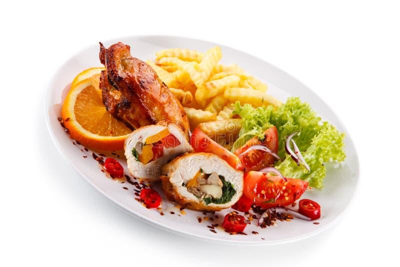 Prendedero relleno del pollo con las patatas fritas y la ensalada vegetal imagen de archivo