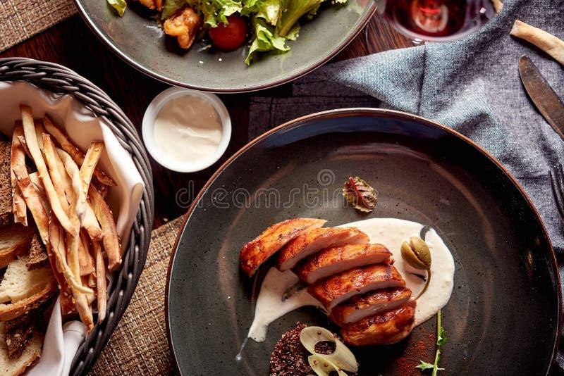 Prendederos asados a la parrilla del pollo con los purés de patata y palillos y ensalada del vread foto de archivo libre de regalías