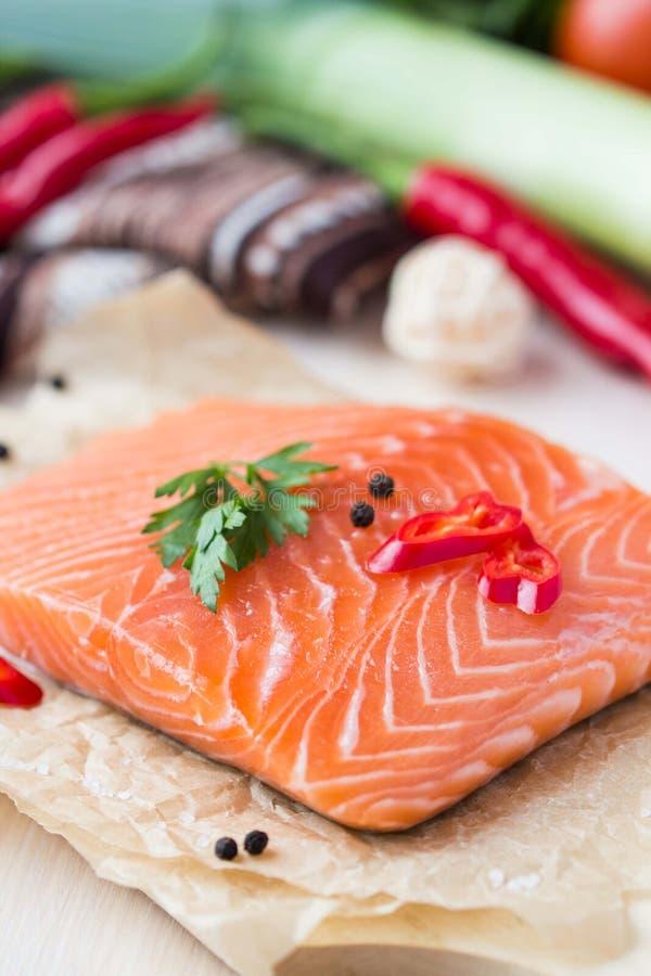 Prendederos crudos de los pescados rojos, salmones, cocinando platos de la dieta sana imagen de archivo libre de regalías