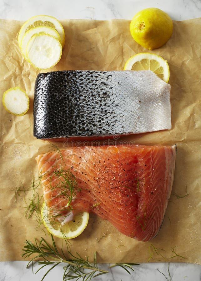 Prendederos de color salmón crudos preparados en el papel de pergamino foto de archivo libre de regalías