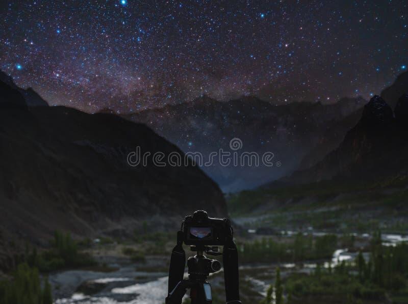 Prendendo fotografia di notte dalla macchina fotografica, dal cielo notturno in pieno delle stelle e dalla Via Lattea del dslr co fotografia stock libera da diritti
