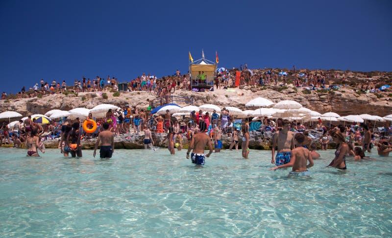 Prendendo il sole alla laguna blu - Comino, Malta immagine stock