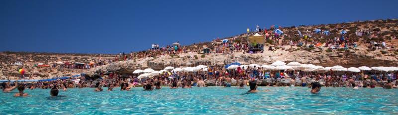 Prendendo il sole alla laguna blu - Comino, Malta immagini stock