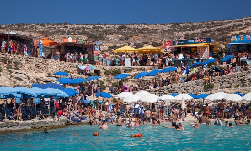 Prendendo il sole alla laguna blu - Comino, Malta fotografie stock libere da diritti