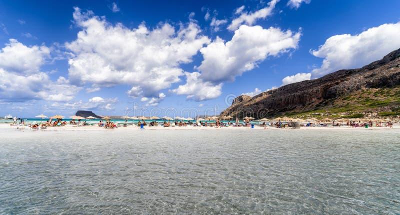 Prendendo il sole sotto l'ombrello in laguna blu Balos, Creta - la Grecia fotografia stock