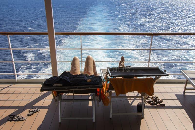 Prendendo il sole sulla nave da crociera della piattaforma immagini stock