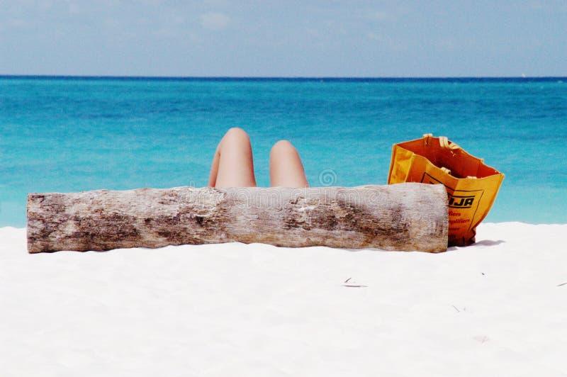 Prendendo il sole sulla spiaggia di Kendwa, Zanzibar immagini stock