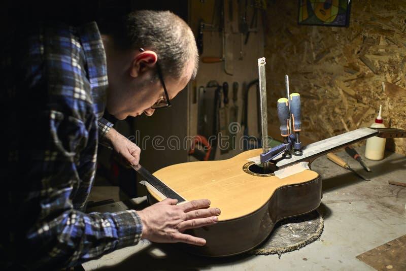 Prendendo o pescoço ao Soundboard da guitarra imagem de stock royalty free