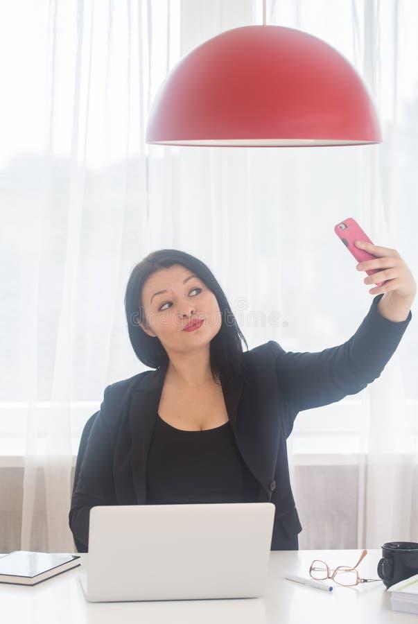 Prendendo selfie all'ufficio immagine stock