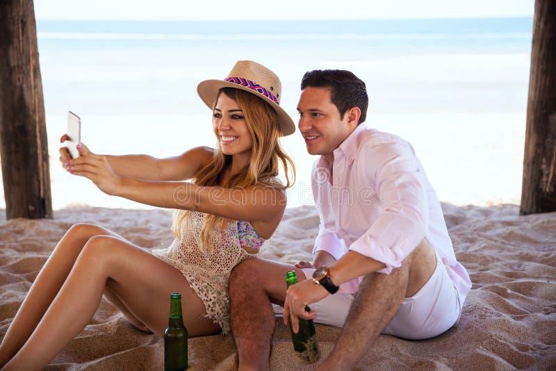 Prendendo un selfie mentre sulla vacanza alla spiaggia fotografie stock